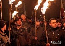L'édition de la Marche aux flambeaux 2012. On remarque à droite de la photo la présence de Mathieu Bergeron, bonehead condamné pour avoir poignarder des individus d'origine arabe. (Photo prise sur le Facebook des Jeunes Patriotes du Québec)