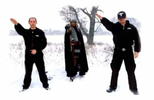 Shooting photo de Rob Darken, chanteur de Graveland avec les néonazis du groupe Honor, dans la cadre d'une co-production des deux groupes.